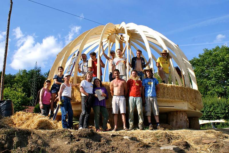 H a rd cupola in legno e paglia for Piani di garage di balle di paglia